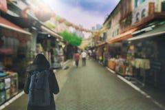 A menina asiática da trouxa tem a viagem e a compra na cidade de China para fora fotos de stock royalty free