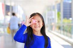 Menina asiática de sorriso bonita que toma a foto pela câmera do brinquedo para tomar as imagens exteriores Conceito do desenvolv imagem de stock