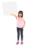 Menina asiática de sorriso que prende o sinal em branco Foto de Stock Royalty Free