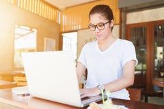 Menina asiática do empresário de negócio que trabalha em linha fotografia de stock