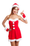 A menina asiática do Natal com Santa Claus veste os polegares acima Imagem de Stock Royalty Free