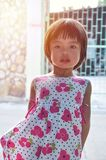 Menina asiática do retrato que olha a câmera com luz solar mim imagens de stock royalty free