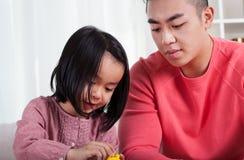 Menina asiática e paizinho de inquietação imagens de stock royalty free