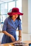 Menina asiática em uma loja da eletrônica fotografia de stock royalty free