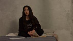 Menina asiática esgotada cansado do estudo em casa vídeos de arquivo