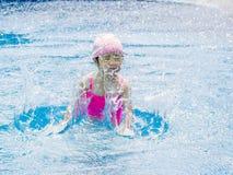 A menina asiática está jogando na associação, muito feliz Fotos de Stock
