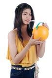 A menina asiática extingue a sede. Imagem de Stock