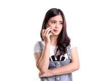 A menina asiática no telefone sente desapontado fotografia de stock royalty free