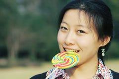 Menina asiática nova com Lollipop fotos de stock