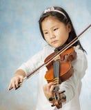 A menina asiática nova jogou o violino Imagem de Stock