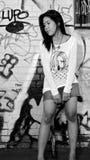 Menina asiática nova na aléia urbana Fotografia de Stock