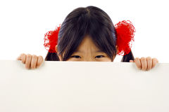 Menina asiática pequena com anúncio da bandeira. fotos de stock royalty free