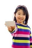 Menina asiática pequena com cartão fotografia de stock