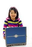 Menina asiática pequena com portátil imagens de stock