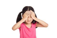 Menina asiática pequena ficada doente e dor de cabeça Fotografia de Stock
