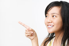 Menina asiática pequena que aponta afastado fotografia de stock