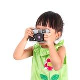 A menina asiática pequena toma uma foto Fotos de Stock Royalty Free