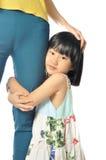 Menina asiática que abraça o pé da mãe fotos de stock royalty free