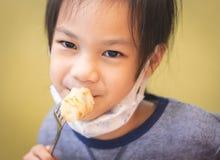 Menina asiática que come no restaurante chinês foto de stock