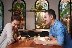 Menina asiática que cora na data foto de stock royalty free