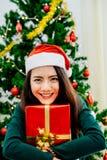 Menina asiática que guarda a caixa de presente Foto de Stock Royalty Free