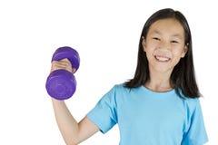 Menina asiática que guarda o peso em uma mão imagens de stock royalty free