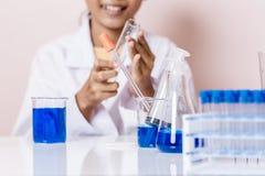 Menina asiática que joga como um cientista para experimentar Fotografia de Stock