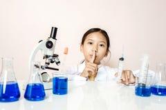 Menina asiática que joga como um cientista para experimentar Imagens de Stock