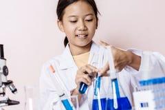 Menina asiática que joga como um cientista para experimentar Imagens de Stock Royalty Free
