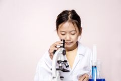 Menina asiática que joga como um cientista para experimentar Fotos de Stock Royalty Free
