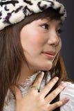 Menina asiática que põr a mão sobre a caixa Fotos de Stock Royalty Free