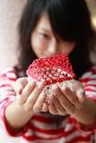Menina asiática que prende a casa minúscula Imagens de Stock