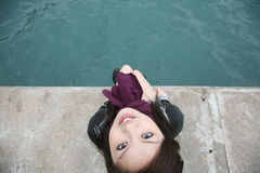 Menina asiática que senta-se na borda imagem de stock royalty free