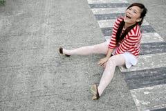 Menina asiática que senta-se para baixo imagens de stock royalty free