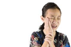 Menina asiática que sofre do problema dental da dor de dente imagem de stock royalty free