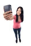 Menina asiática que toma uma foto dsi mesma Foto de Stock Royalty Free
