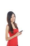 Menina asiática que usa o telefone móvel fotografia de stock