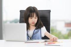 A menina asiática tira seriamente fotos de stock royalty free