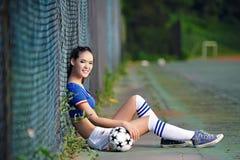 Menina asiática vestida na roupa italiana dos líder da claque Foto de Stock