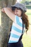 Menina asiática bonito que joga o hide-and-seek Fotos de Stock Royalty Free