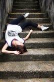 Menina asiática caída abaixo das etapas Imagens de Stock Royalty Free