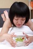 Menina asiática com seu goldfish Fotografia de Stock Royalty Free