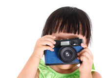 A menina asiática pequena toma uma foto Fotos de Stock