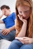 Menina assustado com teste de gravidez positivo Foto de Stock