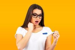 Menina assustado do teste de gravidez positivo fotografia de stock