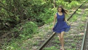 Menina assustado que corre na estrada de madeira, trilha railway filme