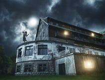 Menina assustador do zombi em um balcão da casa assustador fotografia de stock