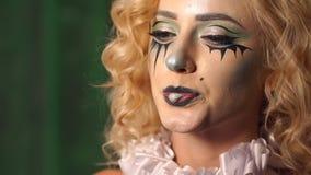 A menina assustador mastiga a goma e infla a bolha Halloween video estoque