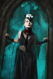 Menina assustador que está na entrada de um castelo velho fotografia de stock royalty free