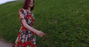 Menina ativa do turista que anda na natureza Handheld siga o tiro video estoque